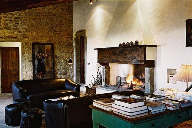living room vintage cu semineu