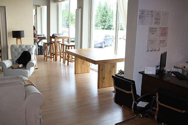 "<img src=""https://i0.wp.com/www.stejarmasiv.ro/wp-content/uploads/2013/07/mese-din-lemn-masiv-expuse-la-geam-in-showroom-ul-din-Brasov.jpg?resize=640%2C427&ssl=1"" alt=""Magazin de mobila Brasov"">"