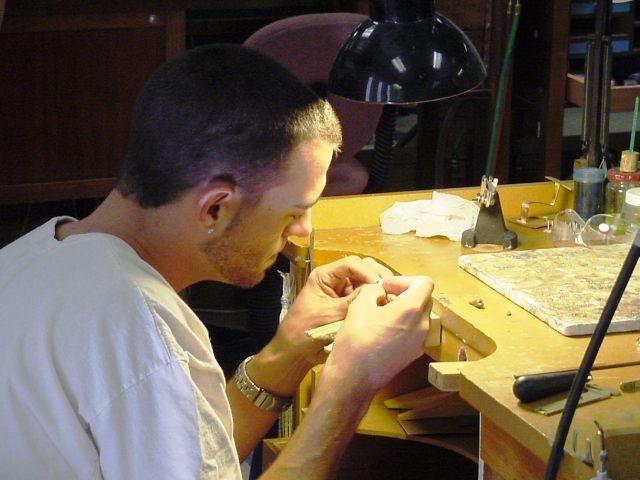 "<img src=""https://i0.wp.com/www.stejarmasiv.ro/wp-content/uploads/2013/11/cariera-in-manufacturarea-bijuteriilor.jpg?resize=640%2C480"" alt=""banc de lucru"">"