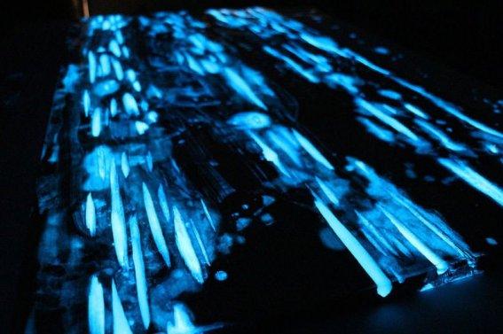 masa cu finisaj fotoluminiscent