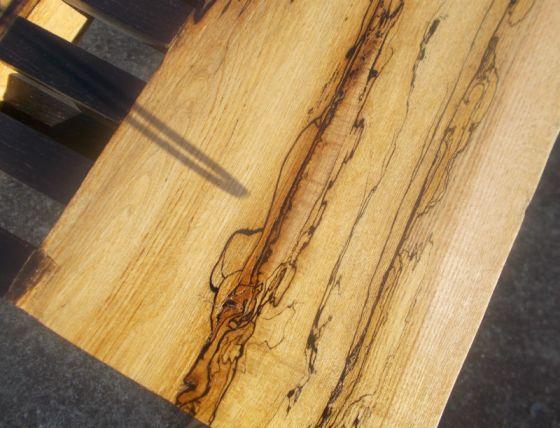 Am căutat mai multe informatii despre frasin sufocat, sau despre lemn sufocat în general. Nu am găsit nimic, si de ceva luni de zile stau și mă gândesc dacă emailul primit de la d-l Fabian este referitor la o metoda aparte sau e doar o denumire locală. Pentru că blogul acesta tratează subiectul lemn iar subiectul frasin sufocat îmi este total străin mă gândesc că poate printre cititori mai sunt oameni pricepuți care știu ceva despre acest tip de lemn. Chiar daca despre fag știu că dacă e sufocat se înroșește, iar fibra își pierde din calitate și rezistență, nu am cunoștința despre cum e cu alte esențe. Frasinul e frate cu stejarul, mai alb la fibră, cu densitate mai scăzută, însă la fel de rezistent. Frumusețea fibrei de lemn este nebănuită și depinde de mulți factori pentru a fi pusă în valoare. Reproduc mai jos textul emailului primit integral, cu explicațiile de rigoare. Poate chiar d-l Fabian mai intervine și ne elucidează Despre procesul de sufocare nu as putea sa va spun foarte multe deoarece as putea spune ca sunt un norocos, fiindca am gasit cele doua bucati de scandura in atelierul tatalui meu, inainte ca acesta sa le taie pentru foc .Totusi din ceea ce mi-a spus tatal meu, lemnul din care provin cele 2 bucati a stat pe suprafata solului in jur de 4-5 ani, neacoperit sau protejat in vre-un fel, in bustean. In momentul in care le-am gasit lemnul acesta statuse la uscat, debitat in scandura in jur de 2 ani, iar apoi l-am mai pastrat 1 an semiprelucrat . Mai sigur insa as putea sa fiu in privinta prelucrarii acestui material. Textura moale si foarte sensibila face ca acest material sa fie destul de greu de prelucrat insa doar cand vine vorba de finisaj. Fibra care a ramas intacta, originala a lemnului de frasin se slefuieste mai greu decat materialul afectat, fapt care duce la formarea de mici denivelari de suprafata. Masuta pe care am realizat-o din acest material se comporta bine deocamdata, si sper ca pe viitor sa nu am surprize . Cam asta ar fi ceea ce sti