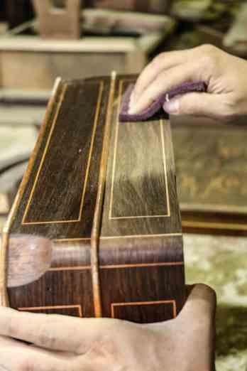fazele procesului de restaurare a mobilierului dintr-o ambasada