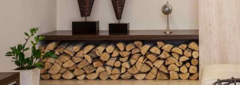 stiva de lemne de foc la interior