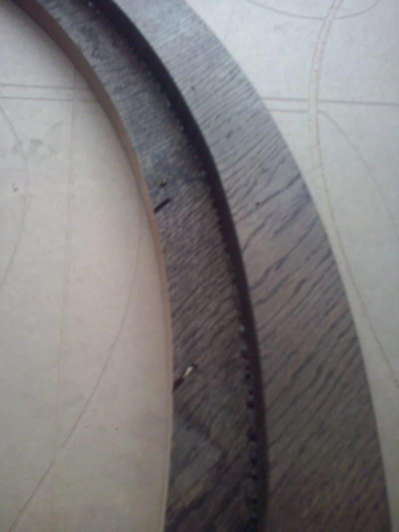 bordura rămasă din blatul rotund de lemn masiv