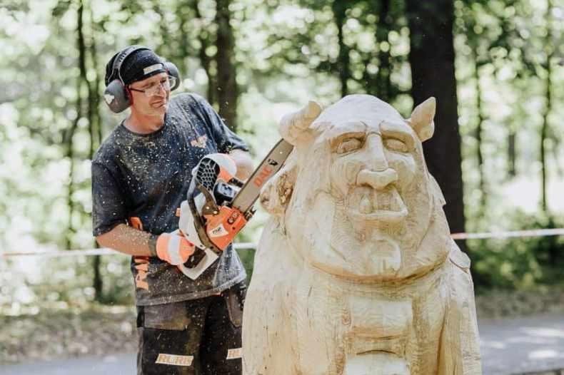 Gabriel Rizea sculptează lemn
