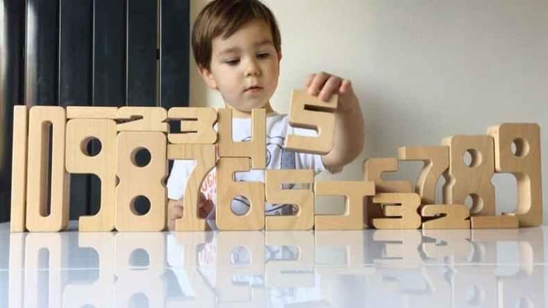 copil cu blocuri SumBlox