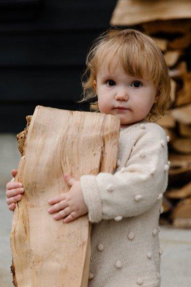 mutarea la țară fetita si lemnul de foc
