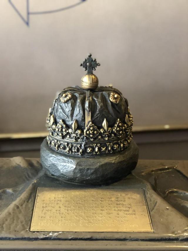 La couronne royale, le sceptre, l'épée et la « stone of Destiny »