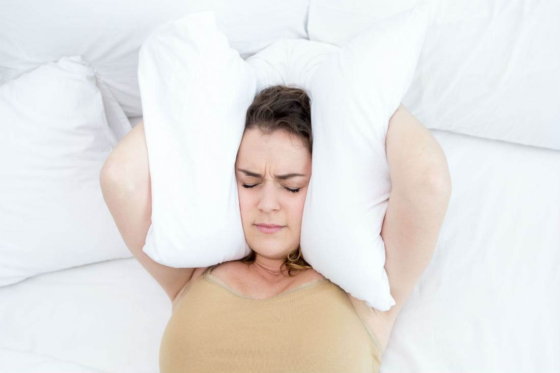 7 benefits of sleeping without a pillow