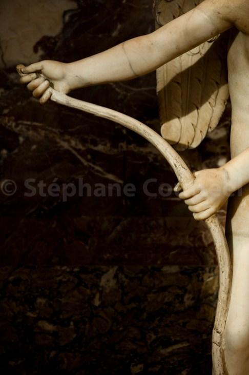 Réplique antique en marbre de l'original en bronze 'Eros archer' datant de 335 av JC qui a disparu. Éros fait le geste de ployer l'arc pour mettre la corde.
