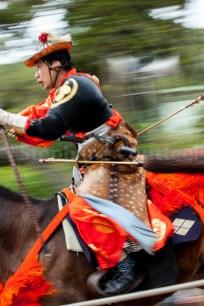A peine la première flèche décochée, l'archer doit se mettre en position pour le second tir. Toujours au galop. L'apprentissage en vue de maîtriser conjointement l'équitation et l'archerie nécessite plus de 3 années.