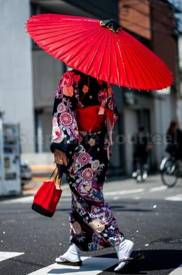 Japonaise à l'ombrelle rouge