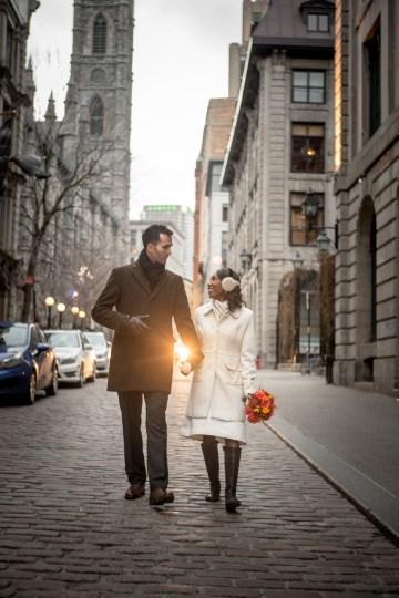 stephane-lemieux-photographe-mariage-montreal-forfaits-et-tarifs-couple-qui-marche dans-vieux-montreal