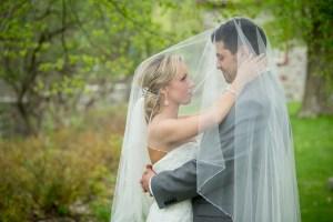 Couple de mariée sous le voile
