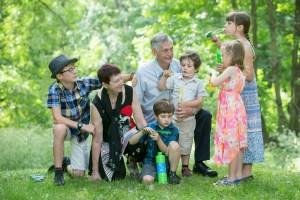 Des photos de famille sur le bord du fleuve