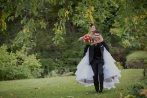 Couple de jeunes mariés à Orford dans les Cantons de l'Est par le photographe de mariage et lifestyle sur la rive sud de Montréal - Stéphane Lemieux