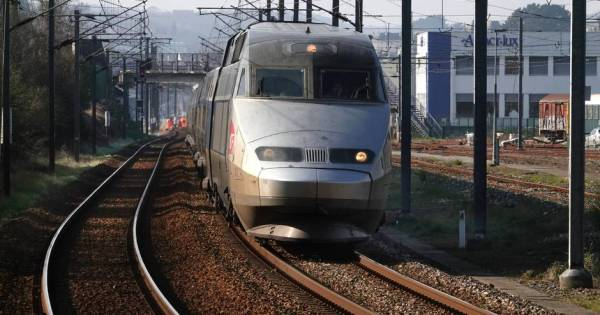 FINISTÈRE QUIMPER  TGV QUIMPER-RENNES AU DEPART DE QUIMPER SNCF TRAIN RAILS
