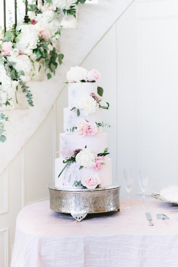 wedding cake at Thistlewood manor & gardens wedding