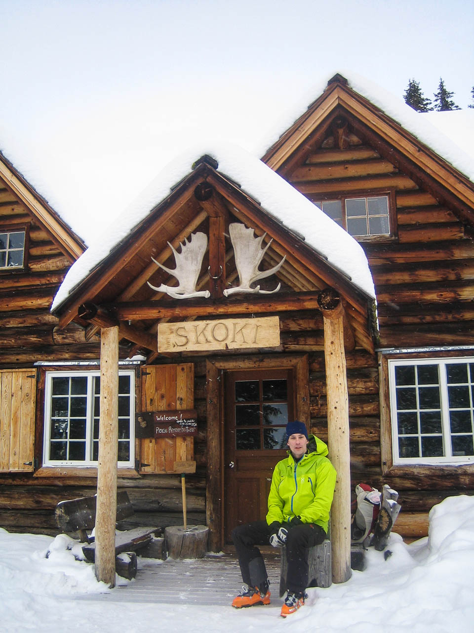 Amy and Arend Ski into Skoki Lodge