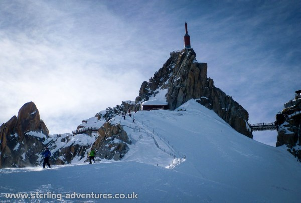 The equipped ridge down from the Aiguille du Midi lift station to the start of the Vallée Blanche