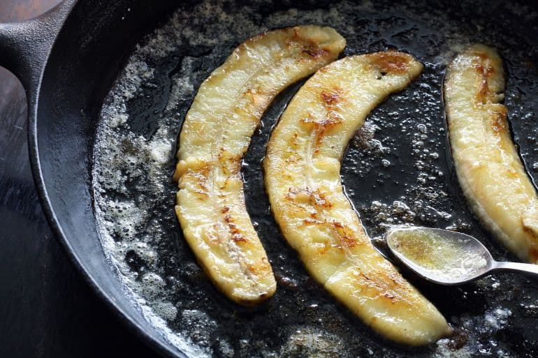 Bananen in einer Gusseisenpfanne karamelisieren