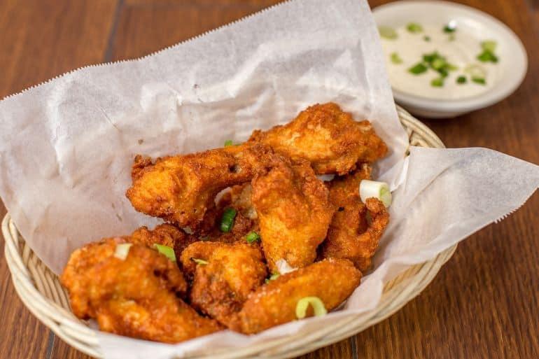 Heißluftfriteuse - Chickenwings und Soße
