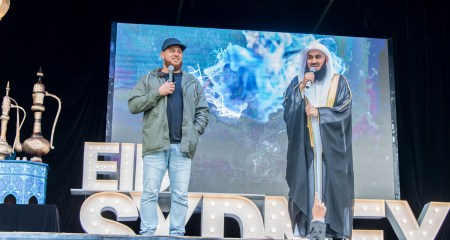 Steve Dabliz & Mufti Menk address the Guest