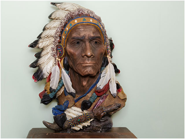 Head And Shoulders Figure Of American Indian With Feathers