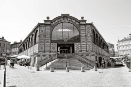 The indoor marché (market).