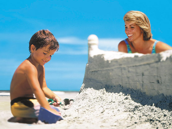 mom and child building a sand castle