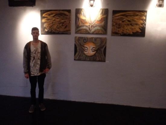 Der junge Kirchdorfer Künstler vor einem seiner Werke