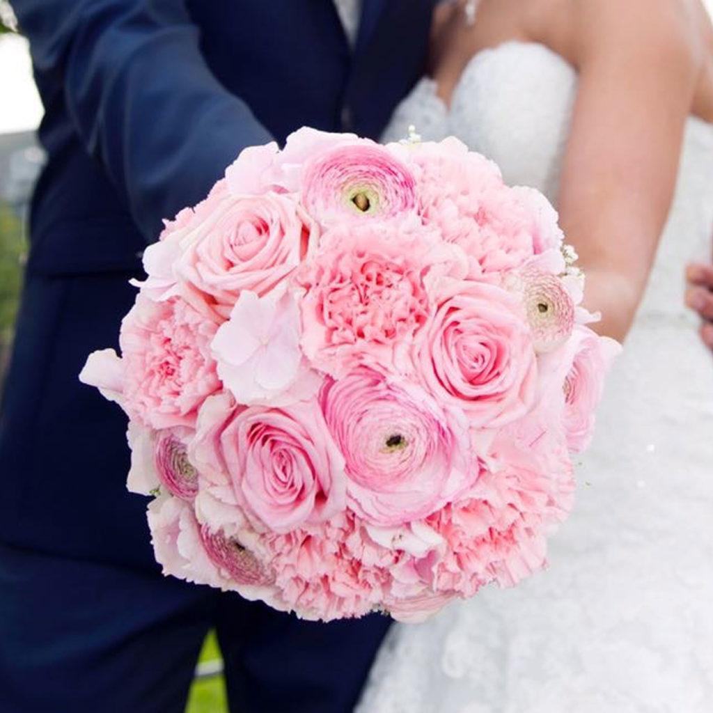 stielgebunden_Hochzeit_Strau_rosa_Paar  stielgebunden
