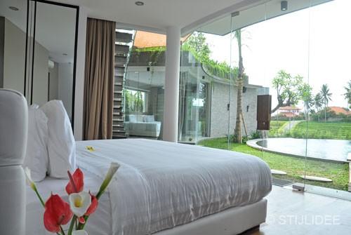 bed met uitzicht op zwembad in Bali na STIJLIDEE Interieuradvies en Styling