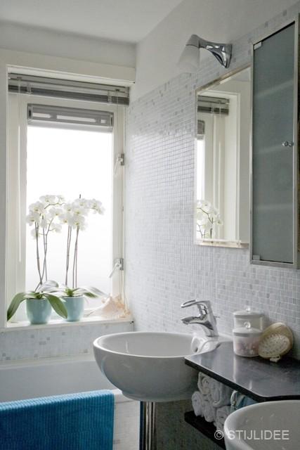 moderne badkamer met mozaiek tegels na STIJLIDEE Interieuradvies en Styling