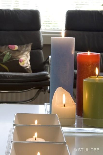 styling gekleurde kaarsen in jaren 30 huis na STIJLIDEE Interieuradvies en Styling