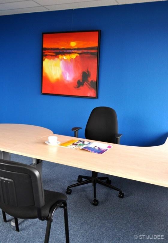 blauw kantoor met rode kunst in Capelle na STIJLIDEE Kleuradvies, Interieuradvies en Styling