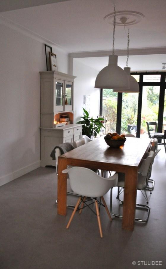 Eames stoelen aan eiken tafel na STIJLIDEE Interieuradvies en Styling