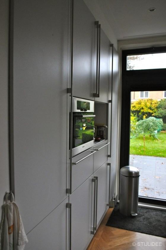 lichtgrijze keuken in moderne stijl na STIJLIDEE Interieuradvies en Styling