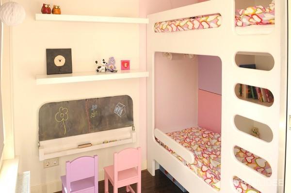 Binnenkijken in  een rozepaarse meisjeskamer met