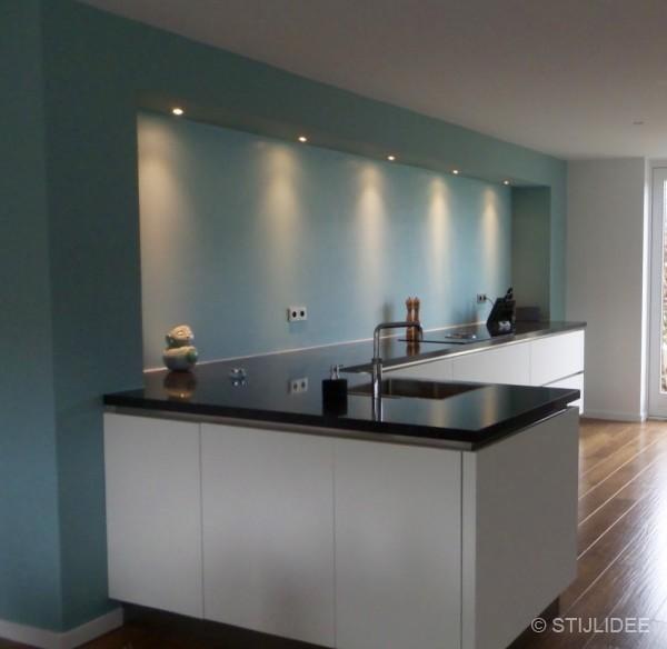 Binnenkijken in  een woonkamer en keuken in moderne