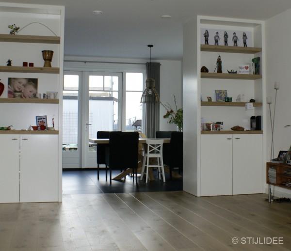 Binnenkijken in  de keuken met moderne kamer en suite