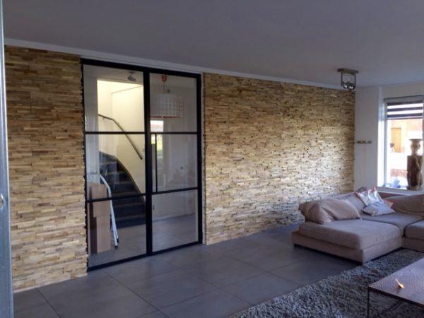 Binnenkijken in  een huis met een warm houten wand in