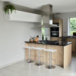 Binnenkijken in ... een houten keuken met een taupe tegelvloer in Maarssen na STIJLIDEE Interieuradvies en Styling