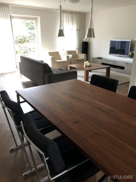Binnenkijken in ... een moderne woonkamer met notenhouten meubelen in Nieuwegein na STIJLIDEE Interieuradvies en Styling