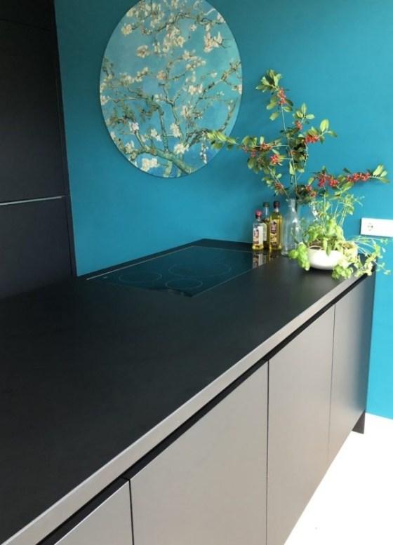 Binnenkijken in ... een zwarte keuken met visgraat vloer in een jaren 30 huis in Bennekom na STIJLIDEE Interieuradvies, Kleuradvies en Styling
