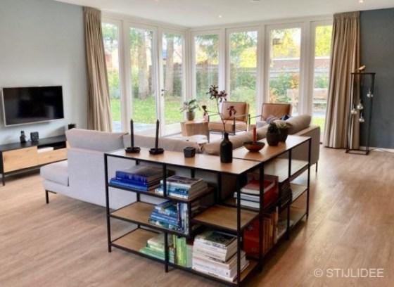 Binnenkijken in ... een woonkamer met lichte hoekbank in Bennekom na STIJLIDEE Interieuradvies, Kleuradvies en Styling