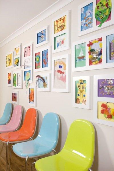 Muur met Kinderkunst lijsten en The Articulate Gallary Frame.
