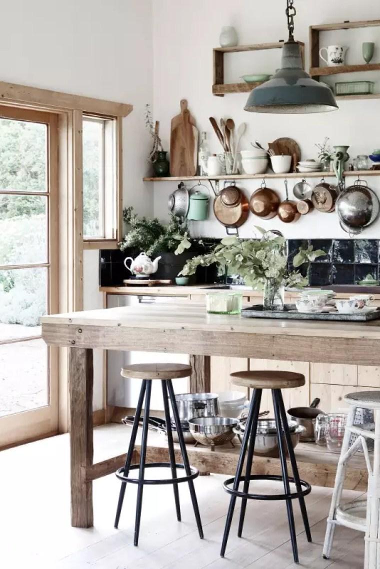 Interieur inspiratie | Een oude werkbank in het interieur - Woonblog StijlvolStyling.com (old workbench for your interior)