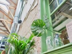 Groen wonen | Monstera bladeren zijn ware woontrend - Fotografie en interieur styling door woonblog StijlvolStyling.com by SBZ Interieur Design - © Woonblog StijlvolStyling.com
