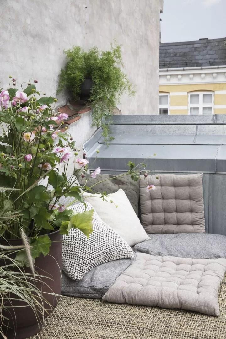 Balkon inspiratie   25x inspiratie - Klein balkon inrichten // Lifestyle- & woonblog StijlvolStyling.com by SBZ Interieur Design (photo: House Doctor)